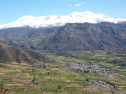 Pampacolca panoramica con el Coropuna